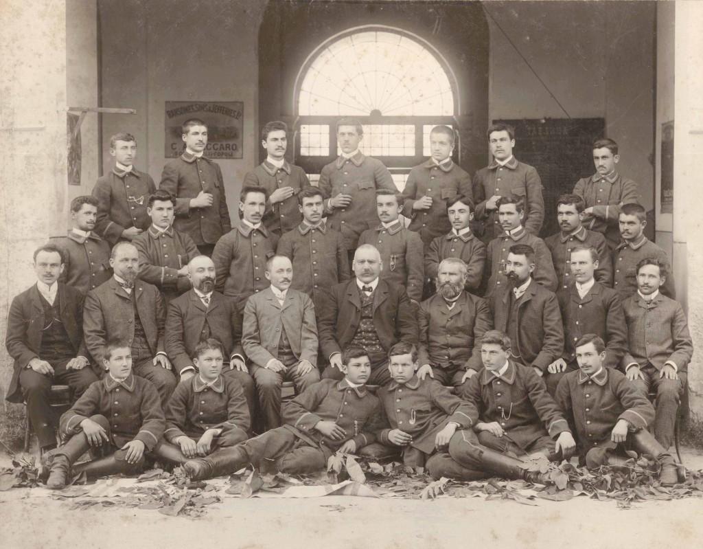 карло алберти вакаро в средата със синовете си в левияи десния край на реда